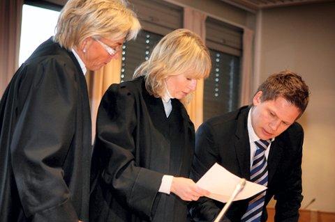 FORSVARERE: Hanne Pentzen (i midten) forsvarer den hovedtiltalte 42-åringen. Gunhild Lærum og Jan Christian Kvanvik er de to andre forsvarerne i retten. FOTO: KAY STENSHJEMMET