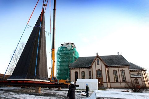 RESTAURERES: Fet kirke restaureres - og mistet i den forbindelse hele kirkespiret i dag. FOTO: KAY STENSHJEMMET