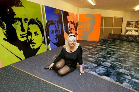 HER ER BILDENE: Både fotoserien på gulvet og bildene på veggen er blant dem som Nasjonalmuseet har kjøpt inn fra Unni Askelands utstilling. FOTO: MORGAN ANDERSEN