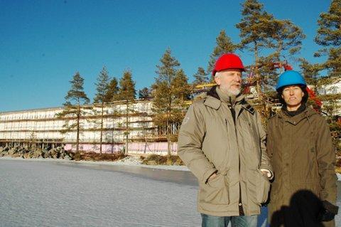 Spa-hotellet ved Vortungen på Rømskog begynner for alvor å ta form. Her er ordfører Nils Nilssen og miljøansvarlig for ZenResort & Spa, Ragna Ribe Jørgensen, på befaring av det 4000 kvadratmeter store bygget. Her gås nye veier, blant annet når det gjelder isolasjonsmateriale.