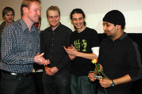 fornøyde vinnere: Jurymedlem Ole Strøm fra Idéhuset Sandbeck overleverte førstepremien til glade studenter fra Høgskolen i Gjøvik i går. FOTO:KARIN MADSHUS