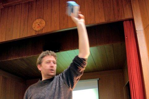 SOLGT! Auksjonarius Morten Ask holdt på i timesvis søndag. Nesten 700 objekter ble solgt. FOTO: THOR FREMMERLID