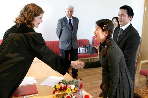 LOVLIG GIFT: Dommerfullmektig Silje Almestrand ved Nedre Romerike Tingrett gratulerer Thien Thi Vo med inngåelse av ekteskapet med Ha Minh Huy (til høyre) FOTO: MORGAN ANDERSEN
