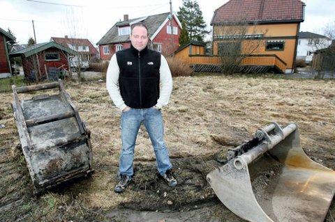 FLYTTER INN 15. JUNI: Går alt etter planen, flytter Ronny Arnesen og kona inn i huset de skal bygge på denne tomta om under to måneder.