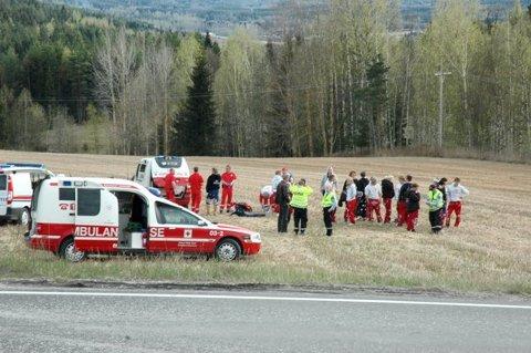 KRISETEAM: Russen fra Øvrebyen videregående skole i Kongsvinger ble tatt hånd om av helsepersonell og politi på ulykkesstedet.
