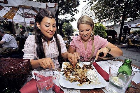 NAMNAM:  Maria Haukaas Storeng og Mira Craig deler det meste under Melodi Grand Prix. Også herlig pannekakedessert, med is, krem og nugat. - Grisegodt!