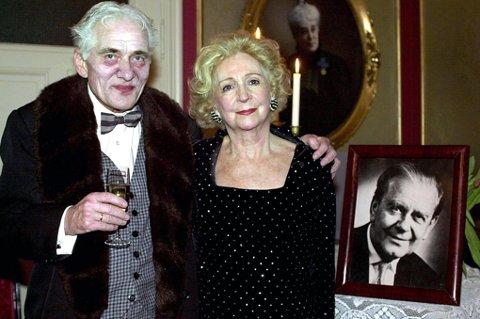 FIKK ÆRESPRIS: I 2000 fikk Ole-Jørgen Nilsen Per Aabels ærespris. Wenche Foss sa hun syntes det var vidunderlig å overrekke ham prisen. FOTO: ERLEND AAS