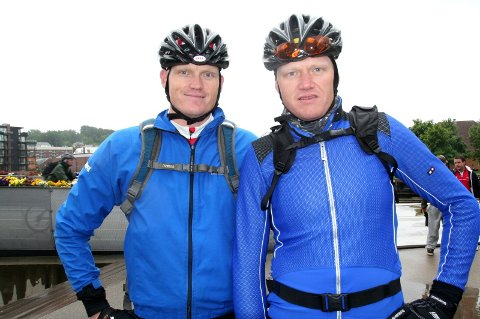 HALVVEIS: Jens Berget (t.h.) og broren Lars i MTB Styrkeprøven etter 3. etappe inn til Koppang. (Foto: Svein Halvor Moe)
