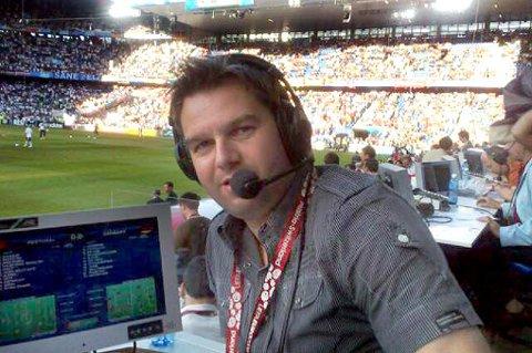 PETTER I BUA | Her har Petter Myhre tatt MMS-foto av seg selv i bua da han kommenterte Portugal-Tyskland torsdag.  ¿ Det er umulig å si hvem som vinner EM. Alle kan egentlig vinne, bortsett fra Tyrkia.  ALLE MMS-FOTO: PETTER MYHRE