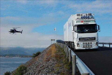 Veøy: Veøy er stor transportør for Schenker, her under reklameinnspilling på Atlanterhavsveien. Nå overtar de godstransporten fra Nettbuss Møre, hovedsakelig melketransporten.