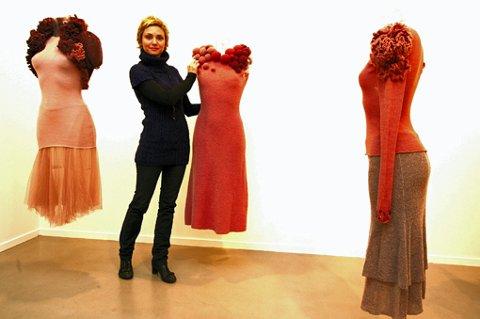 MOTE: ?  Disse kjolene i strikk og silketråd er laget av haute coture-designeren Siri M. Larsen i Oslo, sier Rikke Komissar. Fra lørdag kan du se dem i Akershus Kunstsenter. FOTO: KAY STENSHJEMMET