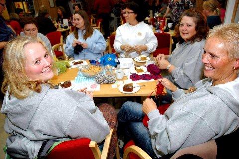 MØTTES PÅ MOREPPEN: Anette Kristiansen fra Holter (t.v), hennes mamma Hanne Normann fra Frogner. Svigerinne og tante Bente Nyquist fra Hurum (bak til høyre), Heidi Jacobsen fra Lørenskog og Karine Arlo fra Skedsmokorset på plass i Moreppen Grendehus, hvor nærmere 100 strikkeglade damer møttes en helg til ende. ALLE FOTO: MARIANNE ENGER
