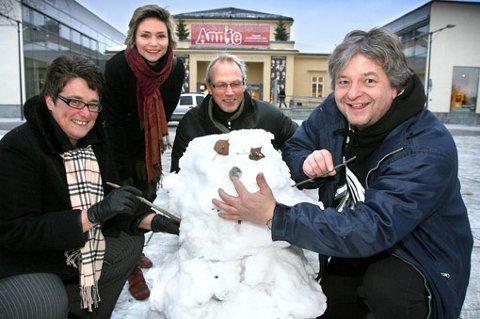 FORSØK: Arrangørene prøver å være kreative, men nivået vil nok høynes når profesjonelle iskunstnere inntar plassen foran kultursenteret i januar/februar.  FOTO: KAY STENSHJEMMET