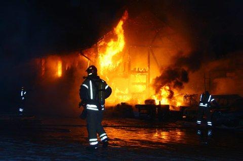 KRAFTIG BRANN: Pakkhuset på Bøn stasjon brant ned i natt. FOTO: DAN ÅSEN HANSEN