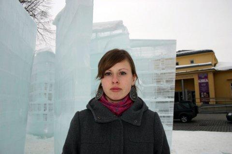 BEKLAGELIG: ? Det er trist og beklagelig at noen ødelegger en skulptur det har tatt så lang tid å lage, mener gallerivakt Monica Holmen ved Akershus kunstsenter.FOTO: KNUT A. NADHEIM