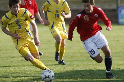 U-LANDSLAG: Norges Stian Ringstad i kamp mot Oleksiy Prylepov under en U-17 landskamp mot Ukraina på La Manga i 2004. Norge tapte 3-2. FOTO: SCANPIX