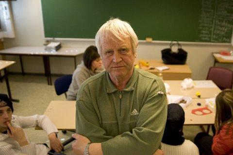 EGET PARTI: Ved siden av å være norsklærer tjener Einar Smørdal penger på å oversette tekster fra bokmål til nynorsk. Likevel har han startet et eget parti mot nynorsk. FOTO: MARTIN GUTTORMSEN