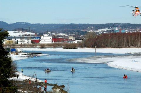 SØKER: Her søkes det etter en 8 år gammel gutt som gikk gjennom isen i Nitelva i formiddag. FOTO: MOGENS LAURITSEN