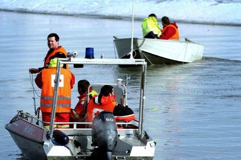 FLERE BÅTER: Ti båter er nå satt inn i søket etter åtteåringen.