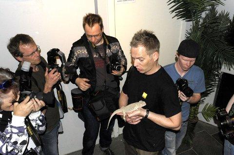 Roger Strandli Brendhagen, fotograf fra National Geographic, gir fotografene tips under rundtur på Akvariet.