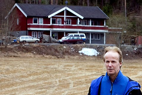 ÅSTEDET: I bakgrunnen ses kårboligen der de tre ble drept natt til 22. mai 1999. FOTO: ROAR GRØNSTAD