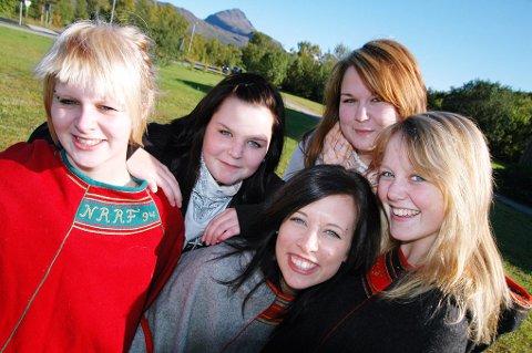Karine Riise, Marte Strandheim, Henriette Mikkelsen, Annette Forfang Hansen og Kirsti I. Mikalsen høster skryt til seg selv og Nordreisa vgs.