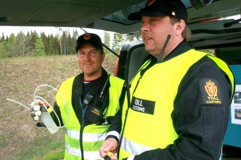 MERKER ØKNING: Tollinspektør Morten Mathisen (t.h.) og førstetollinspektør Ole Martin Kullberg under storkontrollen på Minneåsen onsdag. FOTO: ESPEN BOLSTAD