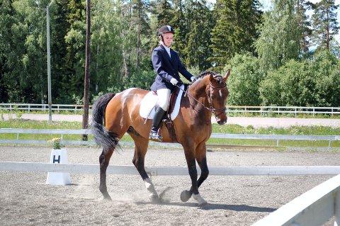 BESTE KONKURRANSE: Oda Lundberg fra Moen fikk poengsummen 64,64 i klasse Lett:B, og gjorde sin beste konkurranse noensinne på hesten Fabian.