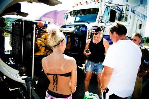 KING OF THE ROAD: Tom Ruud fra Rælingen ruler gata når han kommer kj  ørende i sin gigantiske amerikanske trailer. Peterbilten er hele ni meter lang, og har en sovekabin med to dobbeltsenger i høyden.  FOTO: MARTIN SLOTTEMO LYNGSTAD