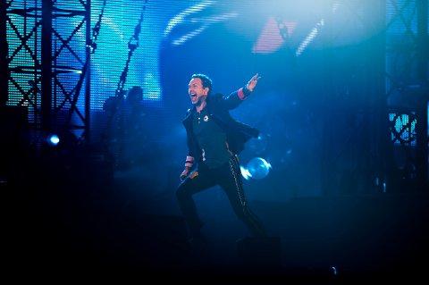 En opplagt Chris Martin på scenen på Koengen.