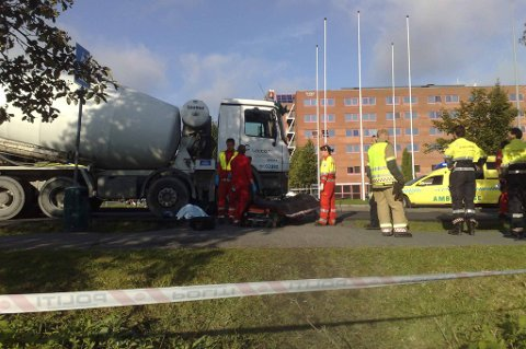 PÅKJØRT: Redningsmannskaper på ulykkesstedet.  MMS-FOTO: KAY STENSHJEMMET