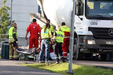 OMKOM: Redningsmannskaper på ulykkesstedet.  FOTO: KAY STENSHJEMMET