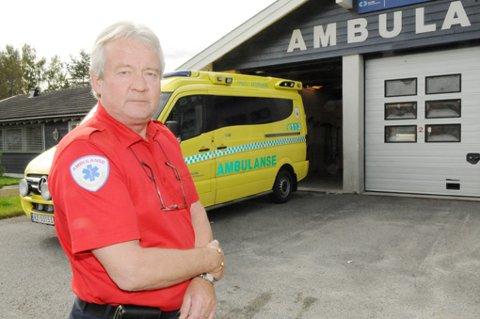 Seksjonsleder Kjell Kaasa for ambulansetjenesten i Aurskog-Høland fortviler etter at ambulansen i bakgrunn ble utsatt for hærverk under et oppdrag natt til søndag.