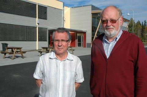 Rektor Tor Hærdig (t.v.) og undervisningsinspektør Torstein Nærbø samler niende trinn på skolen klokken 13.00 i dag. arkivfoto