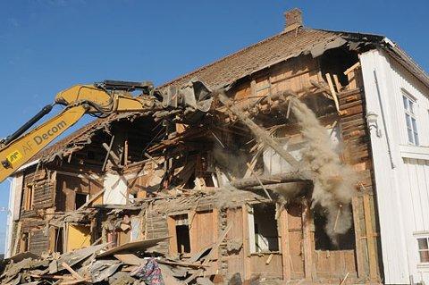 INGEN VEI TILBAKE: Til tross for store protester rives nå Nordli ned. 220 år gammelt bygg ødelegges. FOTO: VIDAR SANDNES