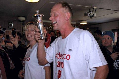 POKAL: Strømmens daglige leder Per Nygren løfter poaklen som er beviset på at klubben har vunnet 2. divisjon. FOTO: PER KRISTIAN TORVIK