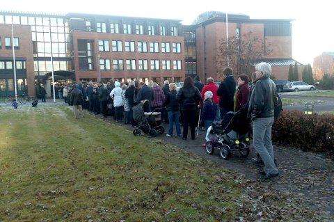 SÅ LANG: Da Skedsmo kommune startet vaksineringen var køene lange. Nå tyder det på at hysterien har dempet seg. FOTO: ROAR GRØNSTAD