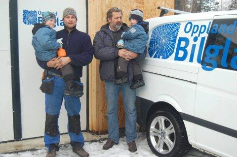 NYTT TILBUD: Oppland Bilglass på Dokka har spesialisert seg på bilglass. Her er tre generasjoner representert, Jens Fischer med sønnen Theodor, (t.v.) og Jan Fredrik Fischer med barnebarnet Oliver.