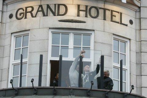 Montering av skuddsikkert glass på Grand Hotells balkong er en av mange sikkerhetsforanstaltninger som gjøres i forbindelse med Barack Obamas besøk.