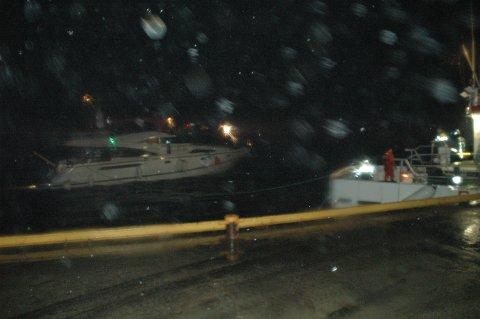 Denne cruisebåten ble berget fra kaien til fiskebruket som brant ned.