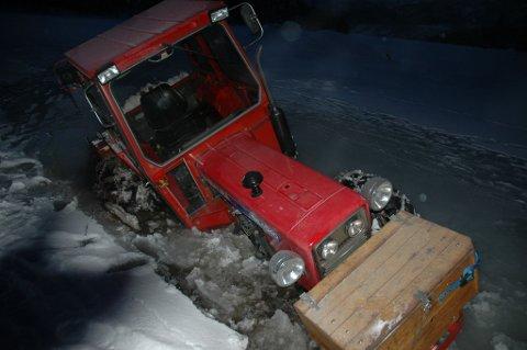 Traktoren gjekk gjennom isen på Hornindalsvatnet under skogshogst onsdag ettermiddag.