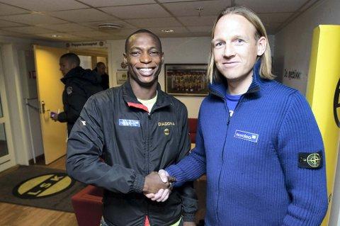 ENIGE: Anthony Ujah signerte i dag kontrakt med LSK. Her sammen med sportsdirektør Torgeir Bjarmann FOTO: ROAR GRØNSTAD