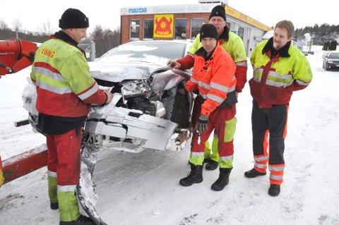 Mange skader: Viking på Bommestad tauet inn en av bilene fra kjedelkollisjonen på E18 lørdag. Fra venstre: Bjørn Tore Fjeldstad, Stefan Pedersen, Per Richard Larsen og Cato Romøren.