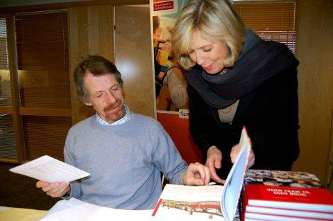 Helse- og omsorgsminister Anne-Grete Strøm-Erichsen (Ap) var fredag til stede da kontorfullmektig John-Harald Wangen ved Norsk Forbund for Utviklingshemmede pakket boken for sending til landets 430 kommuner.