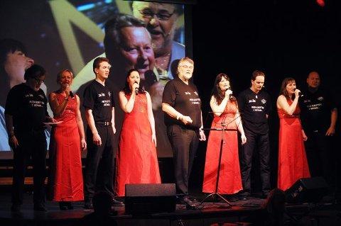 FELLESSANG: Lørdag var det premiere på «Naringen 2010». Bildet viser aktørene under et sangnummer.