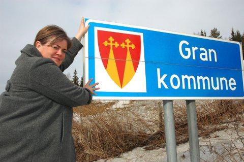RIV SKILTET: Kari-Anne Jønnes i Gran Høyre vil ha Hadeland kommune, tilhørende Akershus fylke.