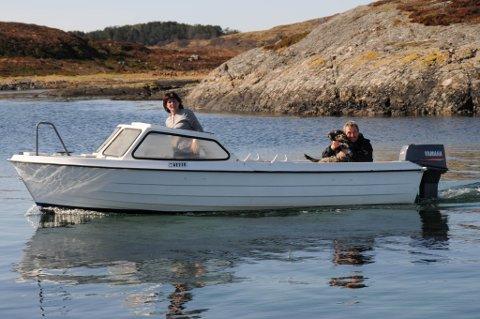 Laila Skaret og Per Morten Svendsen med båten full av villsau.