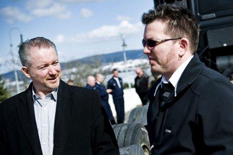 RØRT: De to sønnene til Leif Kåre Nordmo, Morten Nordmo (t.v.) og Leif Erik Nordmo var tilstede under minnekortesjen til Rælingen kirke i ettermiddag. FOTO: BENJAMIN A. WARD