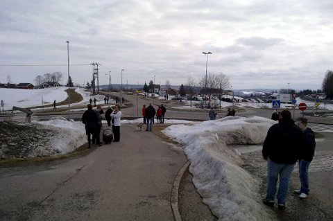 STRØMMET TIL: Nær 100 personer ventet på minnekortesjen for Leif Kåre Nordmo ved Rælingen kirke. MMS-FOTO: JON THEODOR HAUGER-DALSGARD