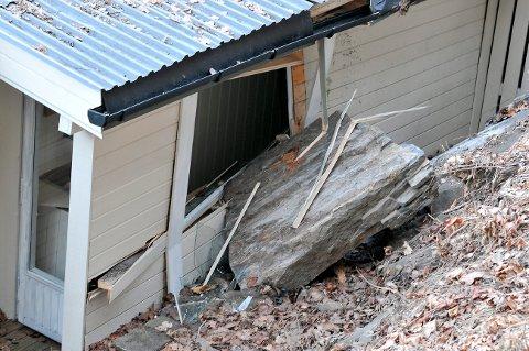 Steinblokka på flere hundre kilo knsute veggen og deler av taket på hytta da den raste ut fra Rognsåsen tirsdag formiddag. Stedet er sperret av for almmenn ferdsel på ubestemt tid.
